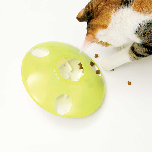 Cat-playing-with-the-treat-spinner.jpg